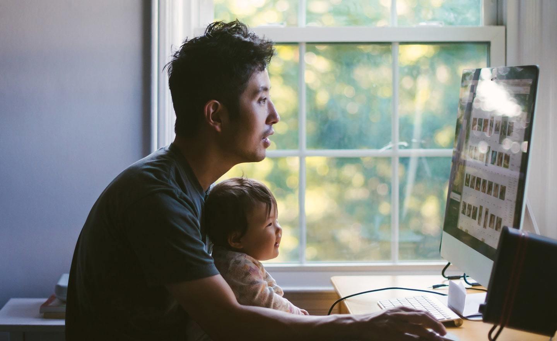 爸爸和宝宝在电脑前