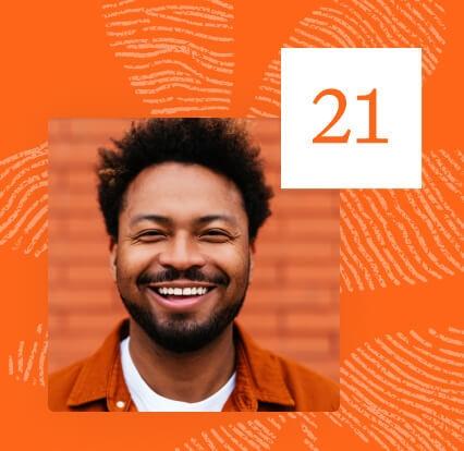 """一个微笑的黑人男子和""""开放2021""""标志的照片"""