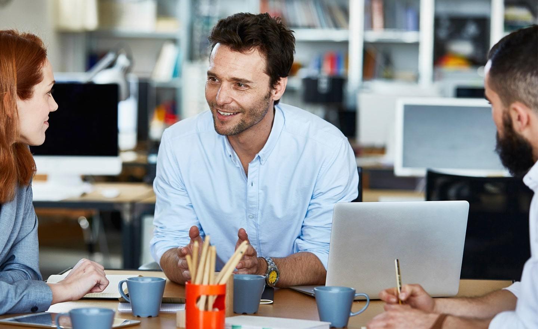 三个同事在一个公开的办公室休闲会议