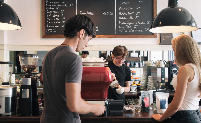 两个人向咖啡师买咖啡