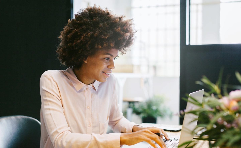 在家庭办公室用笔记本电脑工作的女性