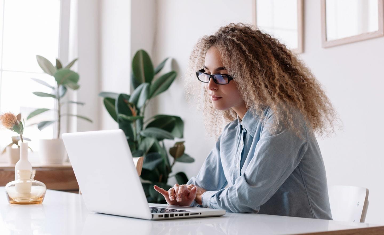 在家研究膝上型计算机的少妇