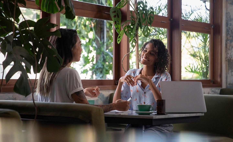 招聘经理边喝咖啡边讨论招聘策略