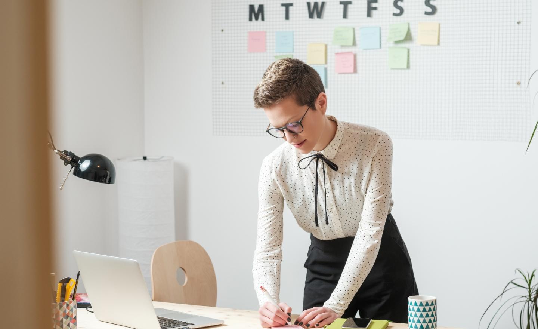 在书桌上写的女人